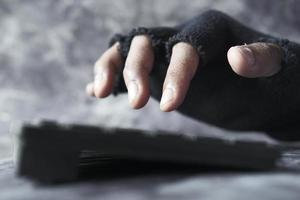 hackarens hand som stjäl data från bärbar dator foto