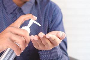 man använder desinfektionsvätska för att förhindra koronavirus