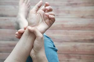 ung kvinnas händer som lider av smärta i handleden