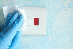rengöring och desinficering av elektrisk strömbrytare med vävnad