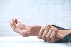 äldre kvinna som lider av smärta som isoleras på vitt foto