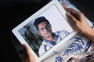 online-konsultation med läkare på digital surfplatta foto