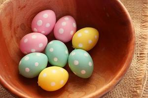 påskbegrepp med ägg i träskål foto
