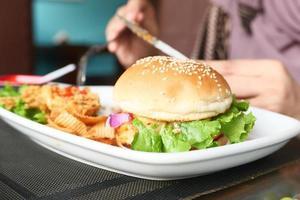 nötkötthamburgare och kyckling på plattan på kafétabellnärbild foto