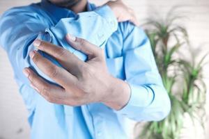 man med armbågssmärta, smärtlindringskoncept