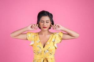 modekvinnan täcker öronen foto