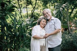 äldre par som dansar tillsammans