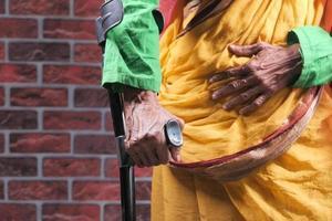 äldre kvinna med brutet ben på kryckor
