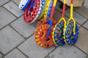 färgglada plasthjulleksaker till salu