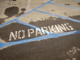 inget parkeringsstenciltryck på vägen foto