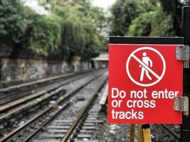gå inte in eller korsa spår utanför nära tågspår