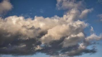 moln på den blå himlen