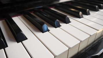 närbild pianotangenter