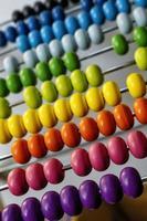 kulram med färgglada pärlor med en suddig bakgrund foto
