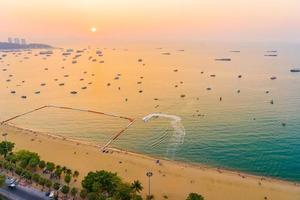 vacker tropisk strand runt Pattaya stad