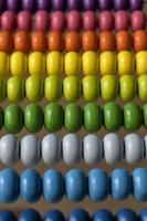 närbild av en kulram med färgglada pärlor foto