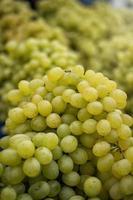 närbild av gröna druvor till salu på en marknadsplats foto