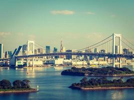 vacker stadsbild med regnbågsbro i tokyo stad, japan