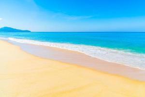 vacker strand och blå himmel foto