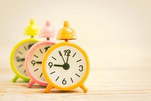 väckarklockor på ett träskrivbord
