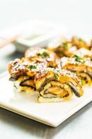 grillad ål eller unagi fisk sushi maki rulle foto