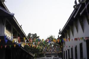 massor av flaggor utanför ett thailändskt offentligt tempel