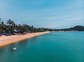 Flygfoto över en vacker tropisk strand