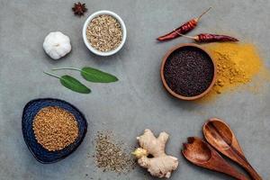 ovanifrån av diverse kryddor foto