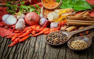 thailändska matlagningsingredienser på ett bord foto