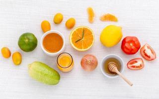 färsk frukt och grönsaker med honung