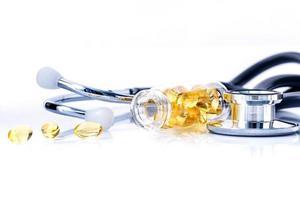 fiskolja med stetoskop foto