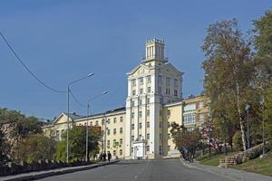 stadsbyggnad på en kulle i Vladivostok, Ryssland foto