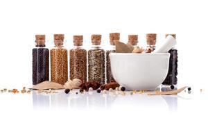flaskor med kryddor