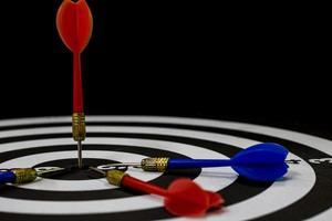 darttavla med dart på bullseye foto