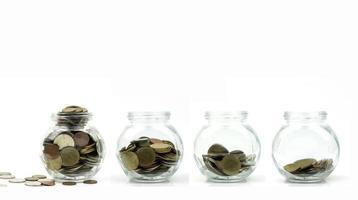 mynt i glasburkar på vit bakgrund foto
