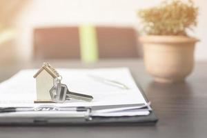 husnyckel på ett kontrakt foto