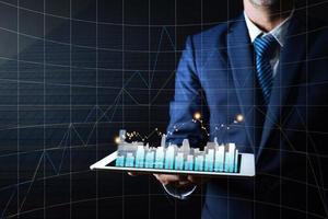 affärsman som innehar minnestavlan med graf foto