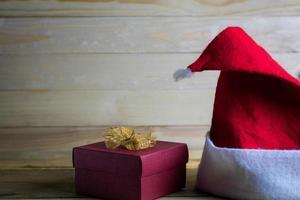 julhatt på trä med kopieringsutrymme