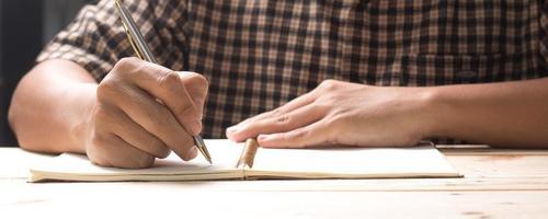 person som skriver i en dagbok