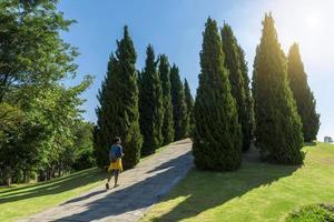 turist promenader i parken
