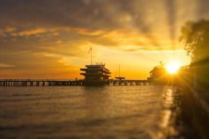 port bakgrundsbelyst vid solnedgången i sukhumi foto
