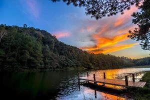 skymningssikt på bryggan vid en sjö foto