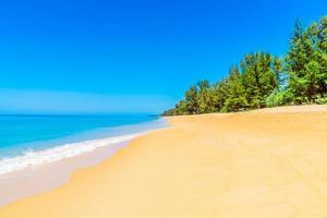 vacker strand och blå himmel