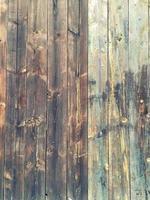 gammalt trästaket med bruna och blå färger