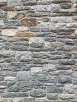 stenmur med färgglada stenar foto