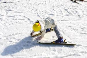 person som åker skidor på vivaldi park skidvärld i korea foto