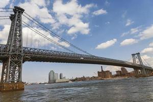 williamsburg bridge från East River Park foto