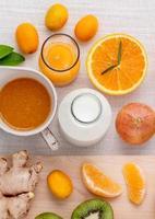 färsk frukt med mjölk