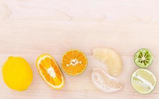 citrusfrukter på trä