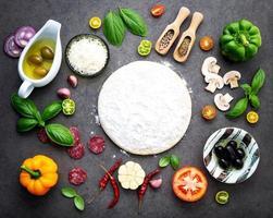 pizzadeg och färska ingredienser foto